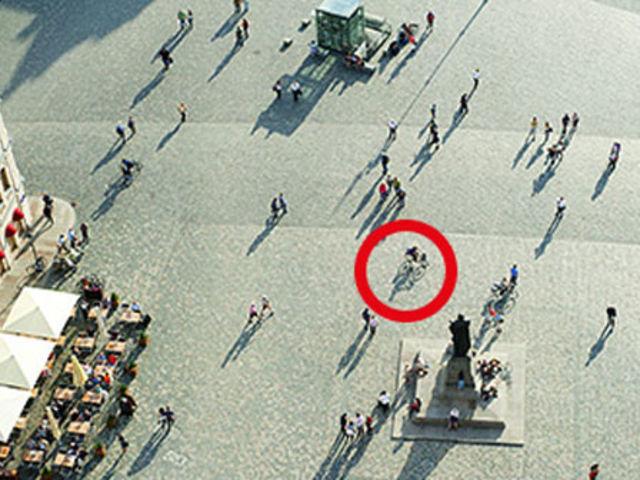 ¿Cómo se mueve la persona del círculo rojo?