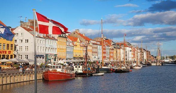 Der er et Yndigt Land: Hay un país hermoso, sus bellos bosques de hayas crecen a la orilla del Báltico...