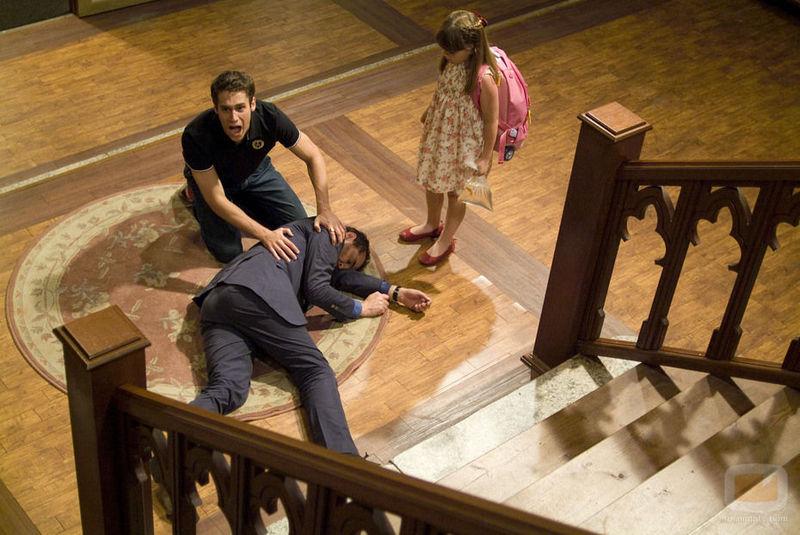 Te caes por las escaleras por accidente mientras pasaba un sicario por detrás. Mala suerte presi.