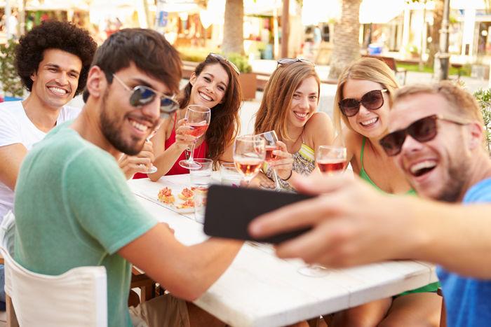 Has quedado con tu grupo de amigos, los ves a lo lejos y te acercas a saludar. ¿Cómo lo haces?