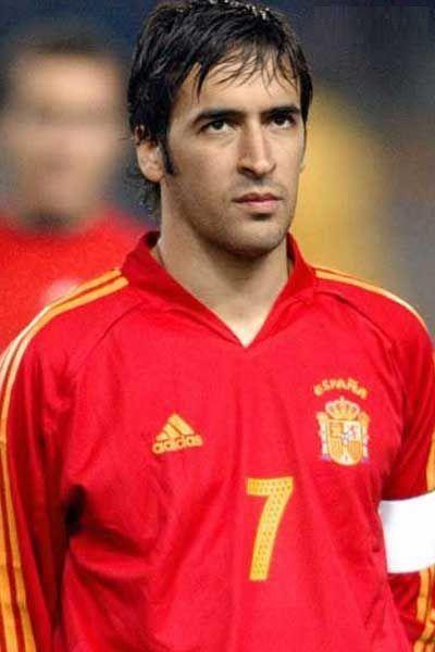 ¿Cuántos partidos jugó Raúl González con la selección española?