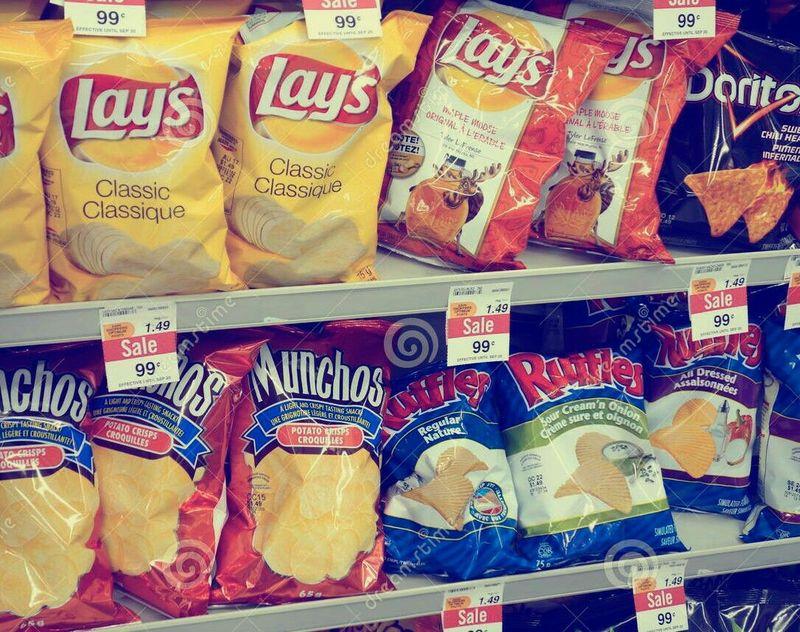 Paquetes de aperitivos o patatas.  ¿Doritos, Cheetos o Ruffles...?