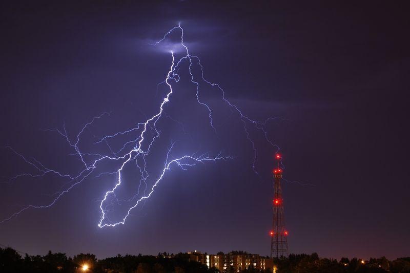Un piercing de metal incrementa la probabilidad de ser alcanzado por un rayo