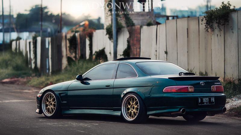 ¿Qué motores equipaba el anterior coche en el mercado japonés?
