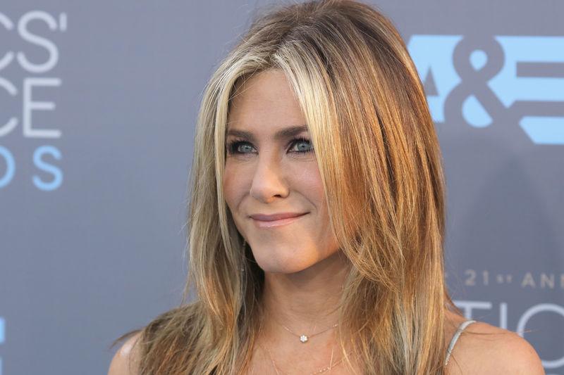 Jennifer Aniston tuvo varios trabajos antes de ser actriz, uno de ellos fue...