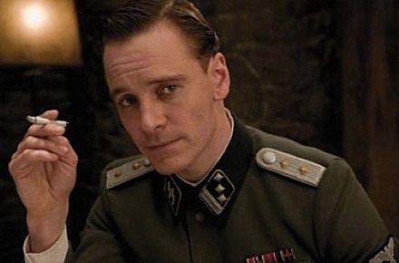 La misión consiste en asesinar a un alto cargo alemán y a un general Nazi, que se reunirán el viernes en un bar...