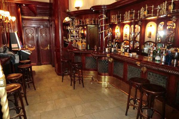 Llega el momento... estás frente al bar...
