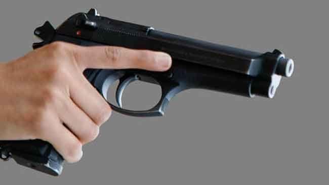 Se ha producido un gran tiroteo... hay gente inocente muerta, y uno de los enemigos se ha escondido con un arma...  tu...