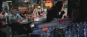 Llegas al bar y vas a la barra (En ese momento tus amigas, novio, etc... no existen), entonces ves al Especialista Mike, tu...