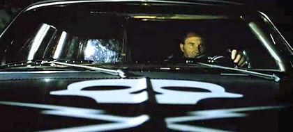 Estáis en el coche, de repente, os dais cuenta de que un coche con una calavera os sigue...