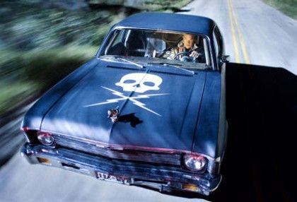 Tu coche empieza a coger velocidad, pero de repente, el coche del especialista Mike se pone a tu lado y te da un brutal golpe...