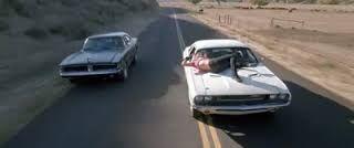 El coche del especialista Mike coge otro camino y desaparece...
