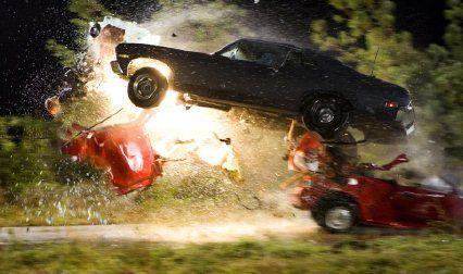De repente, aparece en frente vuestra, acelera y se estampa brutalmente contra vuestro coche... Antes de eso, decide que hacer..