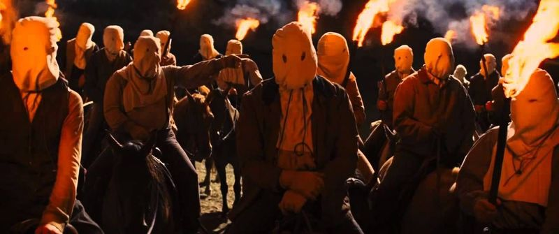 La Película: En el film, en vez de capuchas, ¿Que utilizan para cubrirse la cabeza los miembros del ku klus klan?