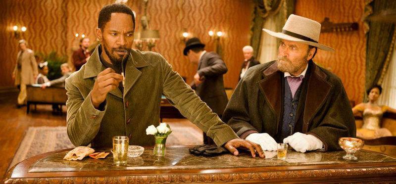 Curiosidades: El hombre sentado al lado de Django, es alguien muy familiar al personaje... ¿Quien?