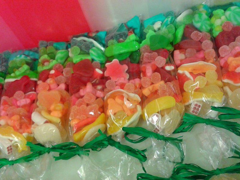 Una bolsa de dulces pesa 50 g. ¿Cuántas tienes que comprar para juntar un kilo?