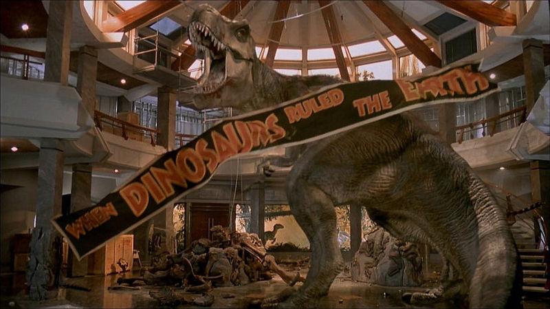 ¿Cuando el doctor Grant vuelve al centro de visitantes con los niños que dinosauro caza el T rex delante de ellos?