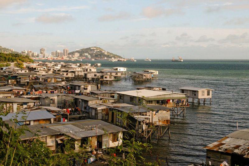 Bien, ahora por las islas del SE Asiático, ¿Dónde se sitúa Port Moresby?