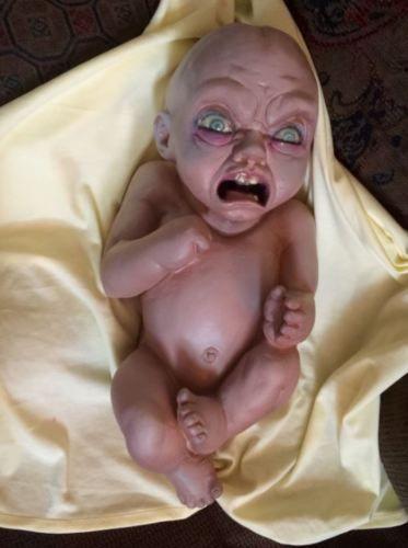Bebé demonio que escupe