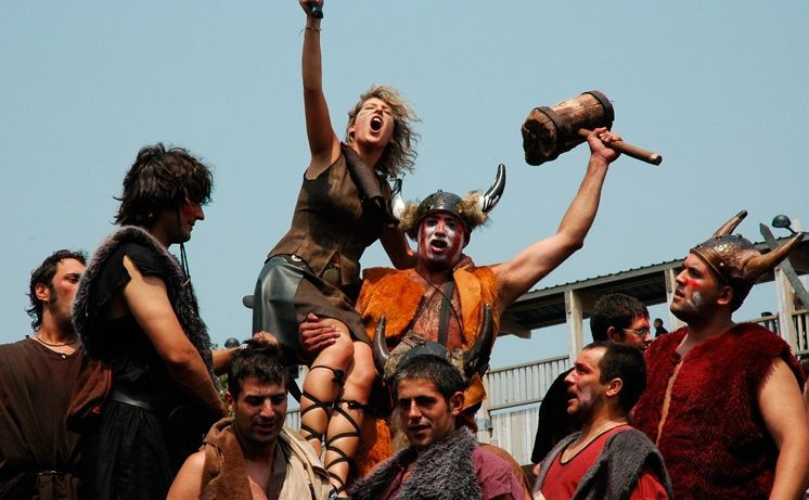 Te proponen ir a una fiesta con temática vikinga.