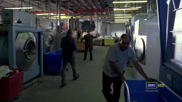 Saul Goodman te informa de que pronto harán una revisión de la lavandería unos agentes del estado.