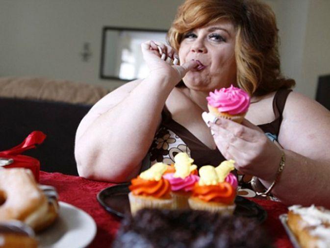 Ves una mujer obesa comiéndose un pedazo de tarta y piensas:
