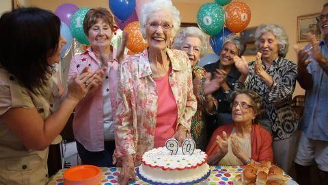 Hoy es el cumpleaños de tu abuela, tu familia lo va a celebrar con ella por la tarde, tú ya no te acordabas, has hecho planes...