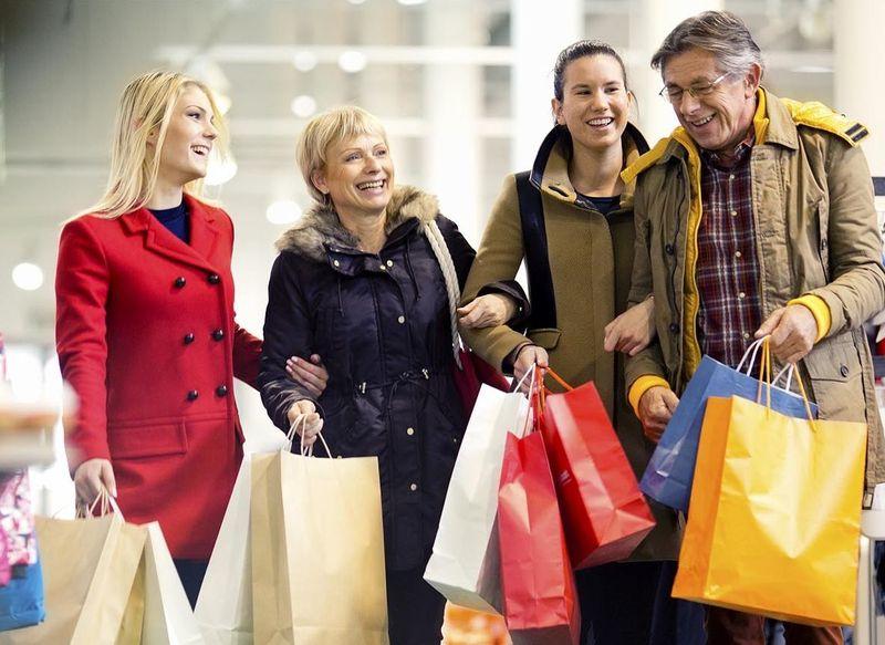 Es Navidad o cualquier fecha especial y tus padres y/o hermanos/as quieren salir contigo para buscar regalos, tú...