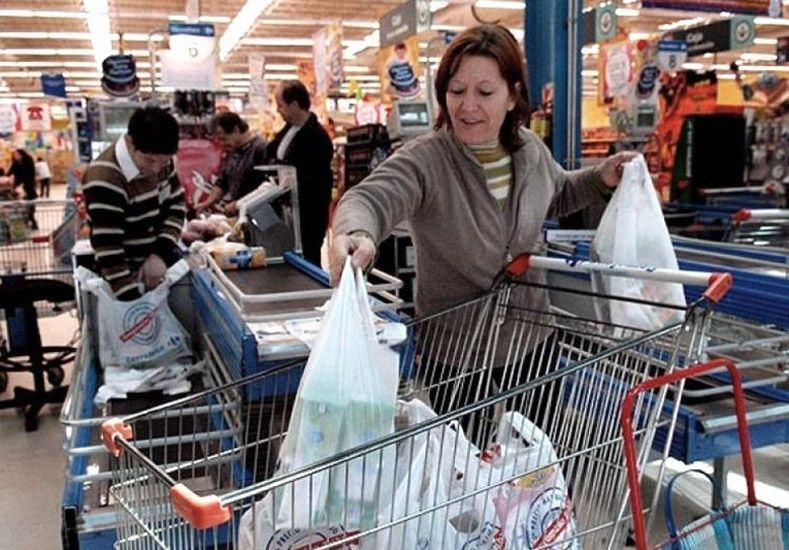 A tu madre se le ha averiado el coche y te pide que la lleves al supermercado y de paso la ayudes con las compras, tú...