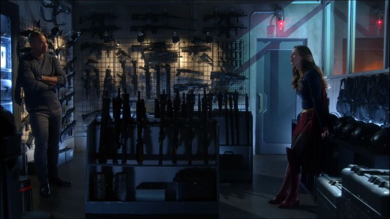 ¿En qué organización trabaja Supergirl en la tierra?