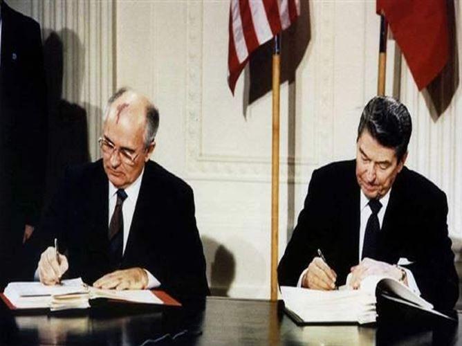 Mijaíl Gorbachov (Rusia) vs Ronald Reagan (USA), líderes de gobierno que colaboraron en el pacto para acabar con la Guerra Fría