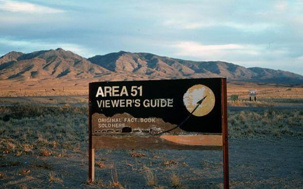 El almacenaje, examen e investigación de una nave espacial alienígena en el Area 51.