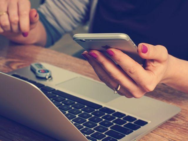 ¿Qué haces si tu pareja te envía mensajes calientes mientras estás en una reunión de trabajo?