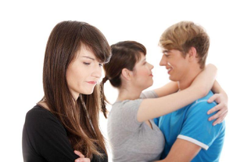 Tu pareja se despide de un amigo/a muy amorosamente ¿Qué piensas?