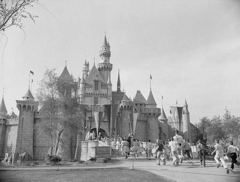 ¿En qué fecha se abre por primera vez el primer parque de Disneyland en California, EEUU?