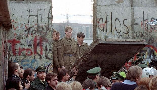 ¿En qué fecha comienza la caída del muro de Berlín?