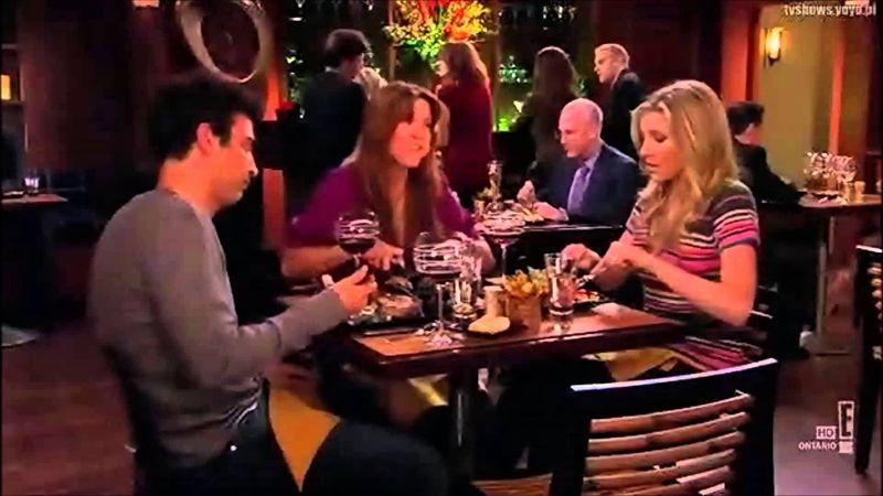 ¿Cuando Ted almuerza con Nora la hermana vegetariana de Stella cuál plato ordena para molestarla?