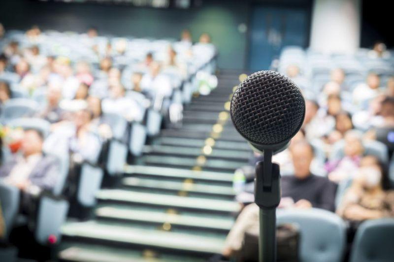Por cuestiones de trabajo, tienes que hablar en público ante un gran número de personas. ¿Cómo te sientes?
