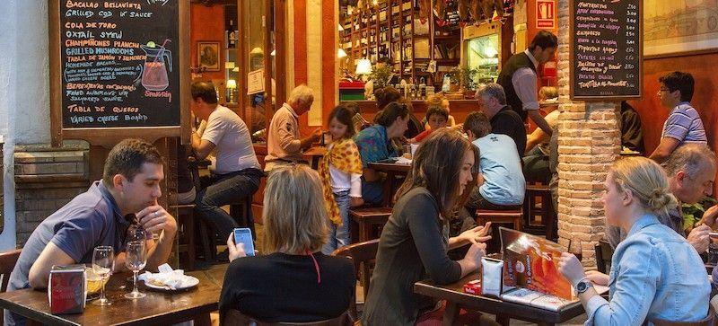 Nos gusta beber y comer. Tenemos bares por todas partes.