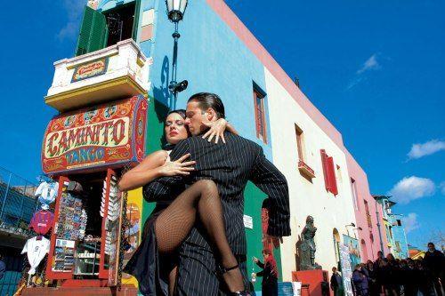 Todos los argentinos saben bailar el tango.