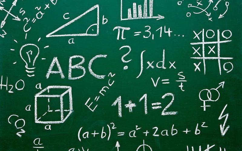 El profesor pone un ejercicio de matemáticas en la pizarra. ¿Qué haces?