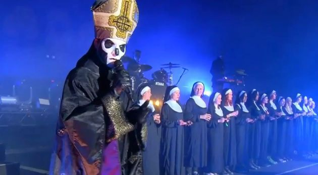 En su última gira salen durante un par de canciones unas monjas repartiendo la comunión y condones. ¿Sabes cómo se hacen llamar?