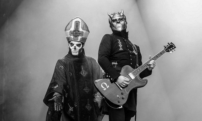 Un musico bastante famoso y fan de la banda ha tocado con ellos en alguna ocasión vestido de Nameless Ghoul ¿Sabes quién?