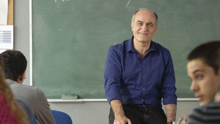 Empiezas la clase de filosofía y el profesor explica cosas que no te importan nada.