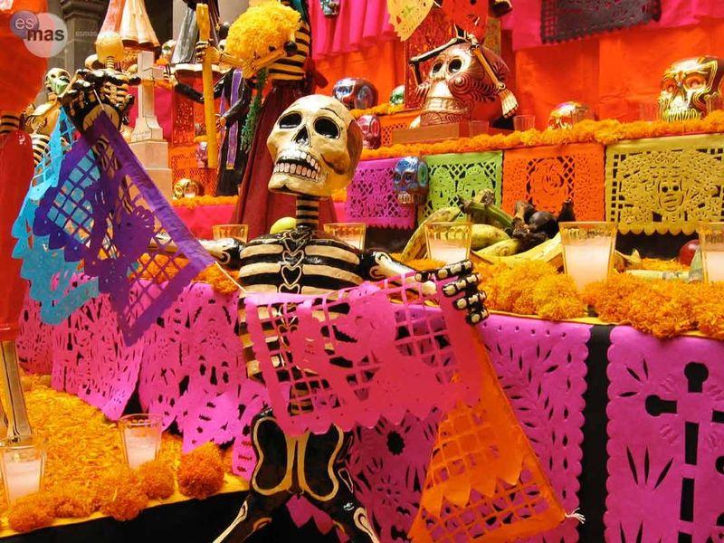 ¿Cuántos pisos tiene un altar de muertos tradicional?