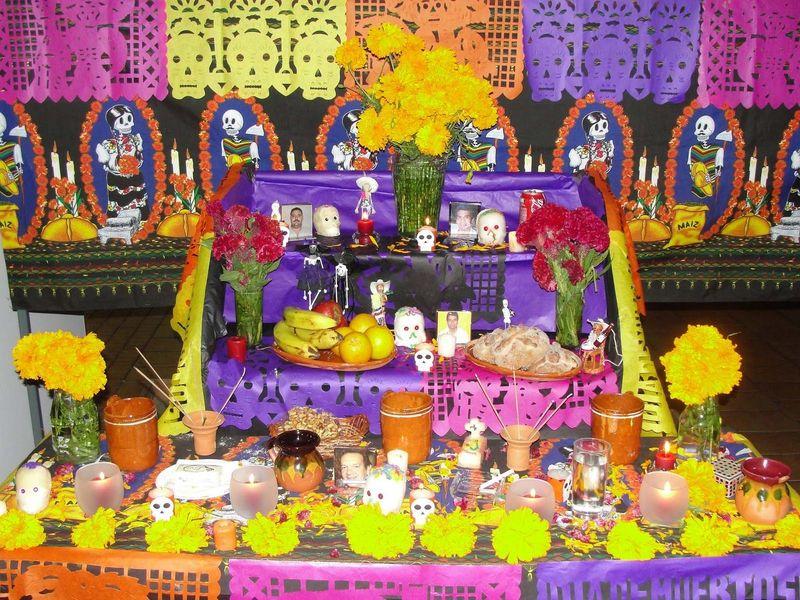 ¿En qué parte del altar se coloca la foto del difunto?