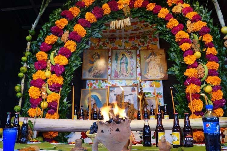 ¿Qué simboliza el arco de caña y flores?