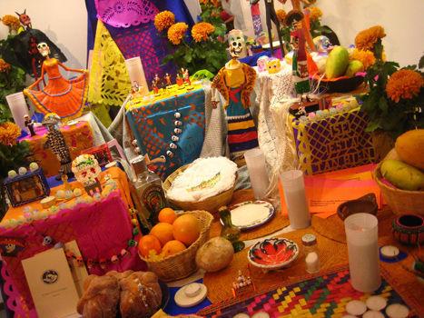¿Qué comida se coloca en el altar?