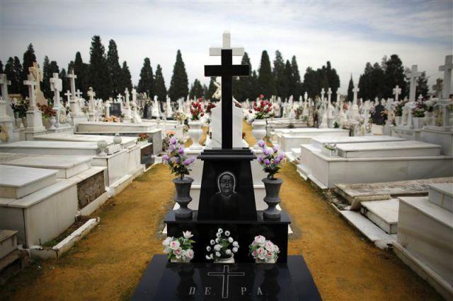 ¿En qué país abren las tumbas para vestir con ropa limpia a los muertos?