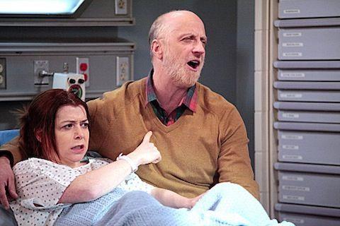 Cuando Lily le cuenta a su padre que se encuentra embarazada. ¿Cuál de todos sus juegos se encuentra promocionando?